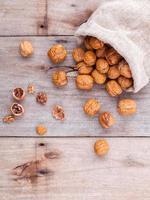 noyaux de noix dans un sac de chanvre photo