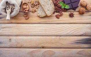 bordure d'ingrédients de cuisine sur bois photo