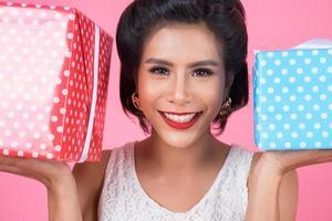 belle femme heureuse avec une boîte cadeau surprise photo