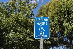 signe de stationnement pour handicapés dans le parc photo