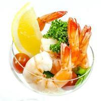 crevettes fraîches cuites à la vapeur dans un bol photo