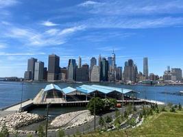 Vue de Manhattan depuis Brooklyn un matin ensoleillé photo