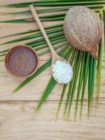 Gommage à la noix de coco sur fond de bois photo