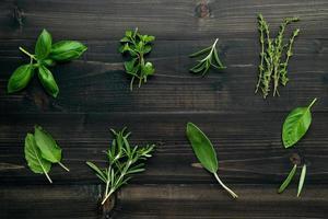 herbes fraîches sur bois foncé photo