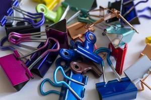 clips de reliure colorés et vibrants empilés