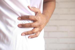 jeune homme souffrant de douleurs à l'estomac, gros plan