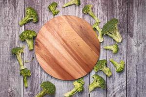 Tranches de brocolli et planche à découper sur table