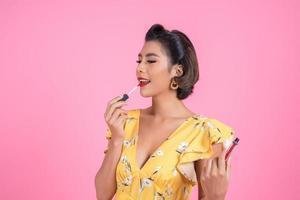 main de femme de mode tenant le soin des lèvres photo