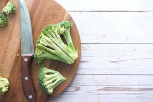 tranches de brocoli et planche à découper sur table