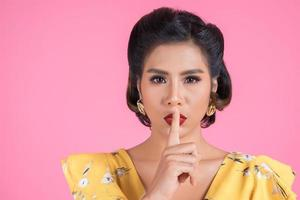femme asiatique, à, lèvres rouges, et, doigt, projection, silence, silence photo