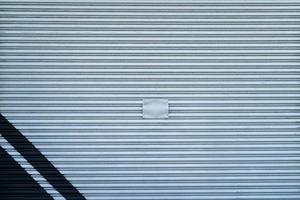 porte de garage en métal gris à rayures bleues