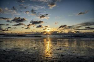 coucher de soleil bleu et jaune au bord de la plage