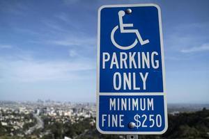 Handicap parking seulement signer à l'extérieur photo