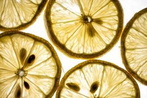 tranches de citron éclairées par le bas sur un fond blanc