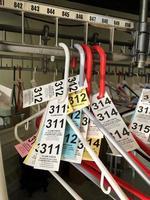 étiquettes de vestiaire sur cintres