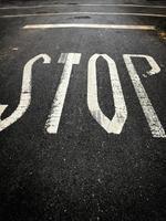 panneau d'arrêt peint sur le sol