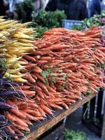 un tas de carottes colorées sur une place de marché