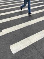 un passage piéton avec une personne qui passe