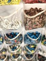 différentes couleurs et tailles d'étiquettes de vêtements dans de petits sacs