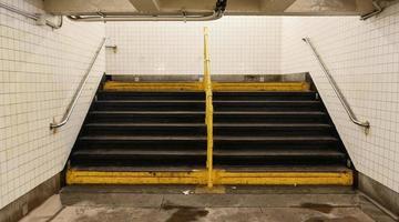 Vieux et sale escaliers de métro à new york city