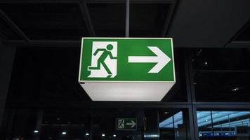 panneau de sortie vert photo