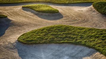 bunker de sable sur un terrain de golf photo