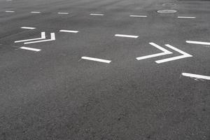 lignes de route blanches dans la rue
