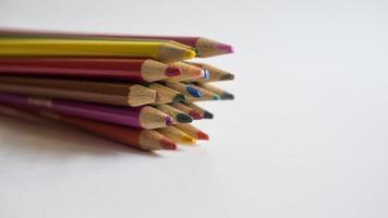 un tas de crayons de couleur