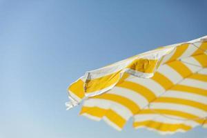 parasol jaune sur une journée ensoleillée photo