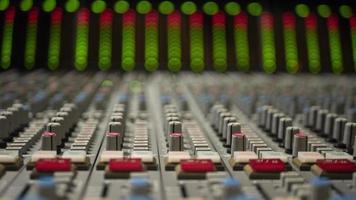 table de mixage avec des lumières floues en arrière-plan photo