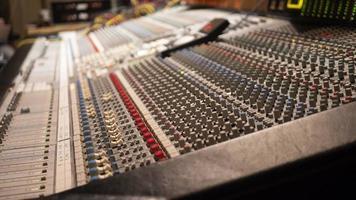 table de mixage avec un arrière-plan flou photo