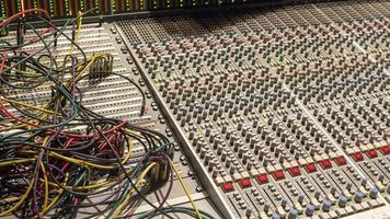 table de mixage avec câbles de raccordement photo