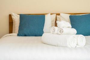 serviette de bain blanche propre sur le lit photo