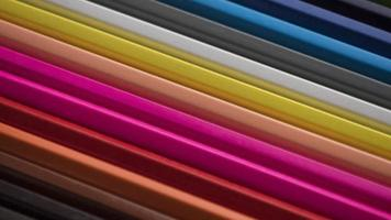 crayons colorés dans un motif