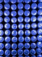 rangées de canettes de soda par le haut photo