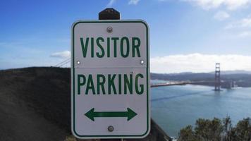 Parking visiteur signe à San Francisco pour le Golden Gate Bridge sur une journée ensoleillée photo