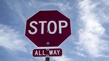panneau d'arrêt sur un fond nuageux photo
