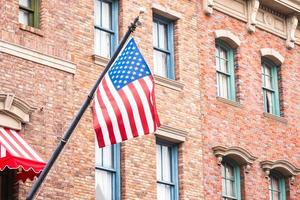 drapeau américain sur un bâtiment en brique