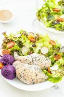 poitrine de poulet grillée et salade