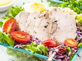 poitrine de poulet grillée et salade photo
