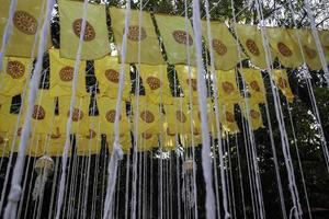 Drapeaux à l'extérieur d'un temple public bouddhiste thaïlandais