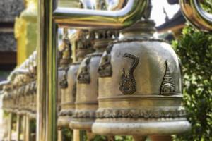 Cloches suspendues à l'extérieur du temple public thaïlandais