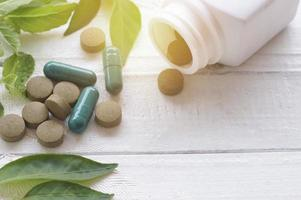pilules à base de plantes sur table en bois avec espace copie photo