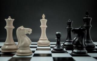 échecs sur fond sombre photo