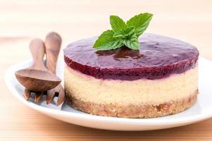 Cheesecake aux myrtilles avec des ustensiles en bois