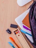 sac à dos avec fournitures scolaires photo