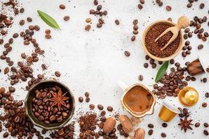 café et épices sur fond gris