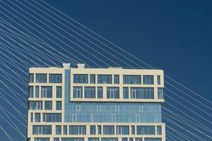 Bâtiments de la ville avec ciel bleu vladivostok, russie photo