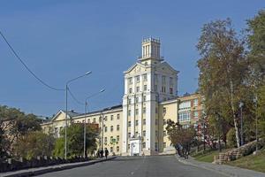 Bâtiment de la ville sur une colline à Vladivostok, Russie photo