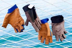 gants accrochés à un filet